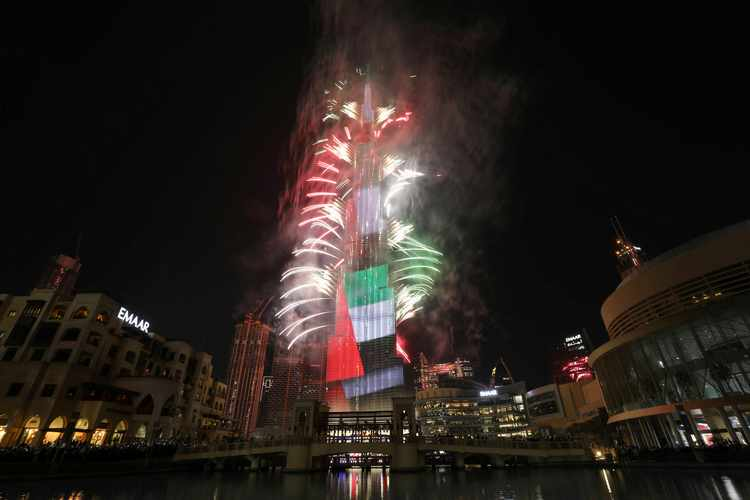 Fireworks explode around the Burj Khalifa, the tallest building in the world, during New Year's celebrations in Dubai, United Arab Emirates, January 1, 2020. REUTERS/Christopher Pike - RC2L6E9RT5N5